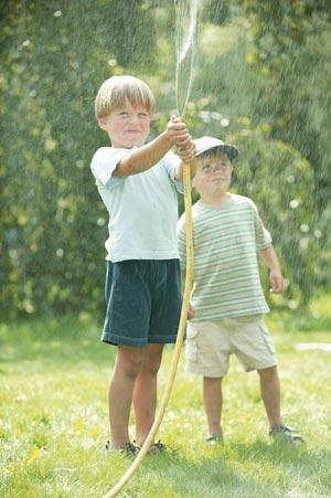 дети поливают огород