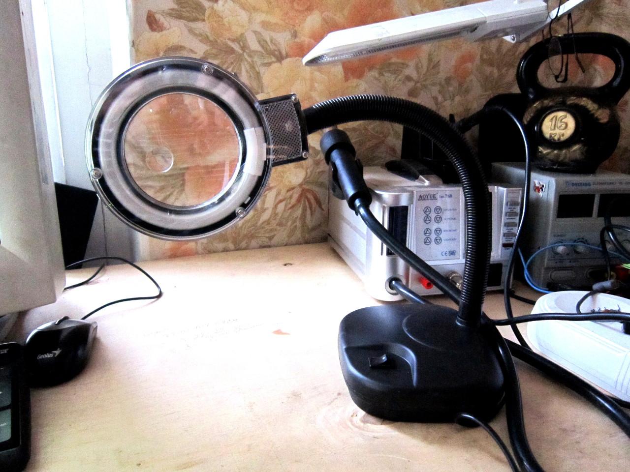 лампа лупа на рабочем столе