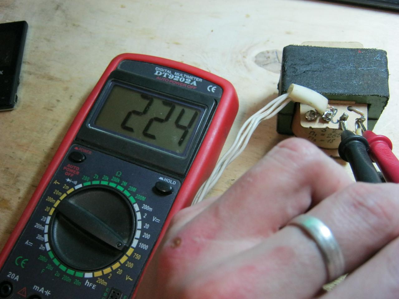 измерить напряжение на вторичной обмотке трансформатора