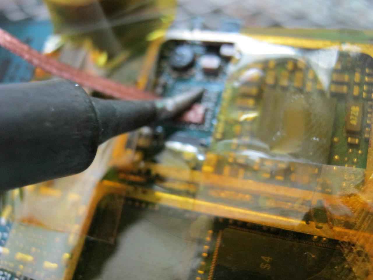 чистка контактных площадок с помощью оплетки