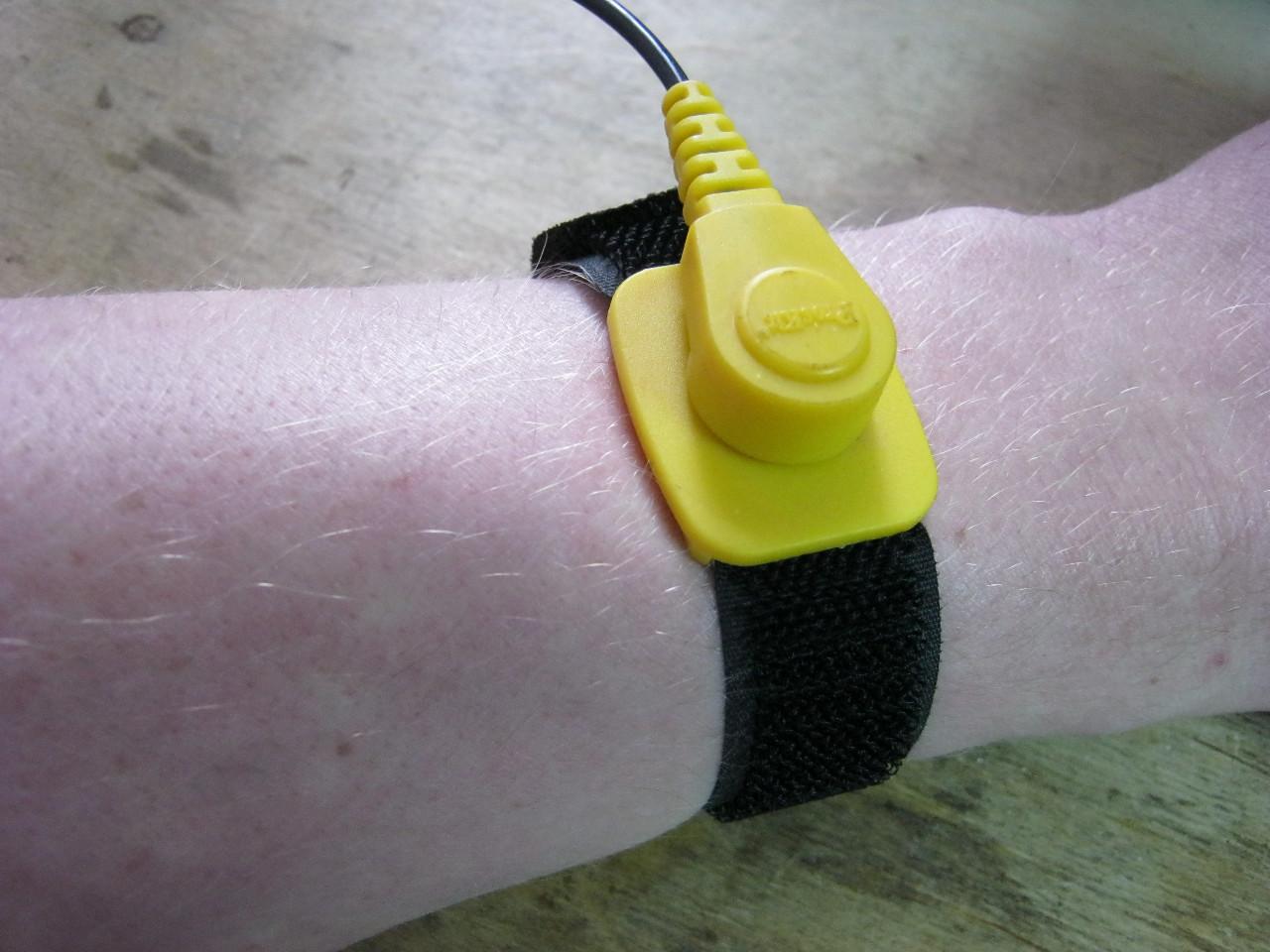 антистатический браслет на руке